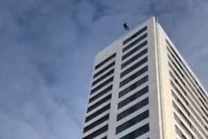 Βίντεο - σοκ: Έπεσε από 24οροφο κτίριο αλλά το αλεξίπτωτο δεν άνοιξε!
