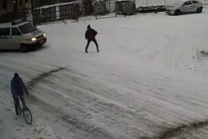 Βαν της αστυνομίας παρασύρει και σκοτώνει πεζό! (βίντεο)