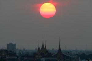 Η φωτογραφία της ημέρας: Ο ήλιος δύει πάνω από το Μεγάλο Παλάτι στην Μπανγκόκ της Ταϋλάνδης!