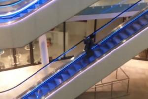 Γέλιο! Μεθυσμένος άνδρας προσπαθεί να ανέβει ανάποδα τις κυλιόμενες! (βίντεο)