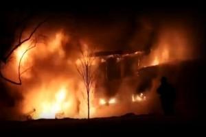 Kάηκε ολοσχερώς το σπίτι πολύτεκνης οικογένειας στην Ανάβυσσο! (video)