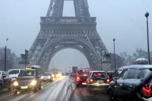 Παρίσι: Πάγωσε ακόμη και ο Πύργος του Άιφελ από την έντονη χιονόπτωση! (Video)