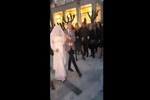 Απίστευτο περιστατικό στην Κρήτη: Γαμπρός περίμενε την νύφη στην εκκλησία και όταν έφτασε τότε όλοι πάγωσαν.. (video)