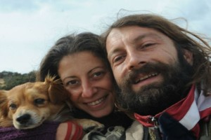 Eυτυχία και Κωστής: Το ζευγάρι που «μετανάστευσε» στο Ελληνικό «νησί της λήθης» και βρήκαν το νόημα της ζωής