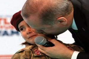 """""""Πρώτα ο θεός, θα καλυφθείς με τη σημαία όταν γίνεις μάρτυρας! Είσαι έτοιμη για όλα, δεν είναι;"""" Απίστευτη προτροπή Ερντογάν σε... κοριτσάκι!"""