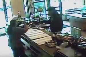 Ληστεία μέρα μεσημέρι σε φούρνο στο κέντρο του Μαρκοπούλου: Η απίστευτη ψυχραιμία της υπαλλήλου που αφόπλισε τον δράστη! (video)