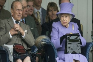 Tι «μυστικά» κρύβει άραγε; - Τι έχει στην... περίφημη τσάντα της η βασίλισσα Ελισάβετ;