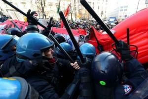 Συγκρούσεις της αστυνομίας με ακροαριστερούς διαδηλωτές στο Μιλάνο!