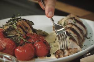 Ψαρονέφρι με σάλτσα μουστάρδας και ψητά λαχανικά