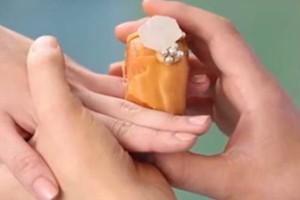 Απίστευτο: Δαχτυλίδια αρραβώνα από... ντόνατ με έμπνευση από το δαχτυλίδι της  Μέγκαν Μαρκλ! (video)