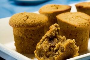 Εύκολα Muffins με άρωμα καφέ γεμιστά με καραμέλες!