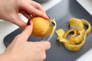 Κι όμως τόσα χρόνια καθαρίζαμε με λάθος τρόπο τις πατάτες! (Video)