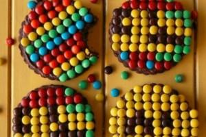 Φτιάξε τέλεια μπισκότα διακοσμημένα με πολύχρωμες σοκολατένιες μπάλες (video)