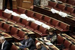 Σοκ στη Βουλή: Έμπαινε νερό από το ταβάνι και κάλυψαν με νάιλον τους υπολογιστές (Photos)