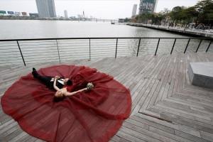 Η φωτογραφία της ημέρας: Ένα ζευγάρι νεόνυμφων φωτογραφίζεται για το γαμήλιο άλμπουμ του στον ποταμό Χαν!