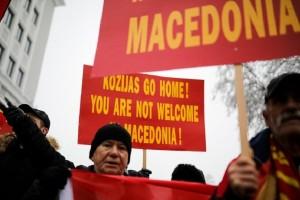 «Κοτζιά πήγαινε σπίτι σου»: Η «θερμή» υποδοχή των Σκοπιανών έξω από το Υπουργείο Εξωτερικών της ΠΓΔΜ! (Photo)