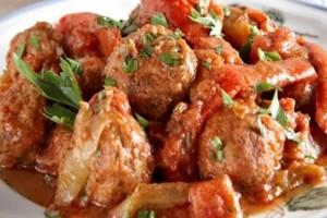 Η συνταγή της ημέρας: Κεφτέδες με σάλτσα ντομάτας και πιπεριές!