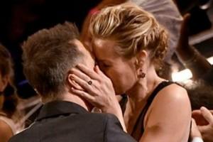 Όσκαρ 2018: Γνωστός ηθοποιός γιόρτασε το βραβείο του με ένα «καυτό» φιλί στην σύντροφο του! (video)