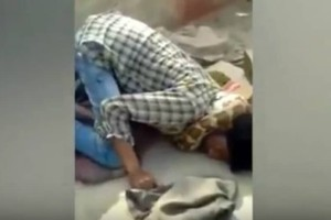 Βίντεο σοκ: Πύθωνας στραγγαλίζει τον γητευτή του μπροστά στα μάτια θεατών που νόμιζαν πως «έδινε»... παράσταση!