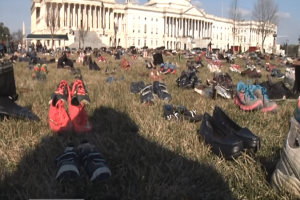 Συγκινητικό βίντεο: 7.000 παπούτσια έξω από το Καπιτώλιο για τους νεκρούς μαθητές!