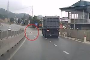 Σοκαριστικό βίντεο: Μωρό μπουσουλάει στη μέση της λεωφόρου!