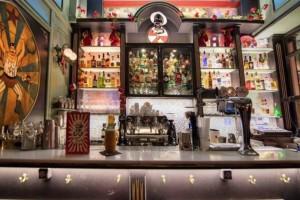 Ένα bar-τσίρκο στο Παγκράτι που όταν το δεις θα τρίβεις τα μάτια σου!
