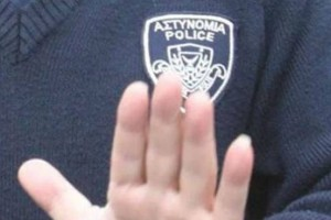 Κύπρος: Αστυνομικός γδύθηκε και αυνανίστηκε έξω από το σπίτι γυναίκας