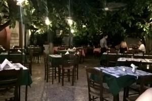 Σε αυτή την ιστορική ταβέρνα θα φάτε τους πιο μαμαδίστικους αρωματικούς κεφτέδες σε όλη την Αθήνα!