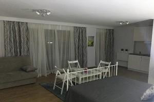 Είστε μεγάλη παρέα ή οικογένεια και ψάχνετε διαμονή στο κέντρο της Αθήνας; Εμείς σας βρήκαμε τη λύση στο ολοκαίνουριο ξενοδοχείο που άνοιξε πριν λίγες μέρες στου Ψυρρή!