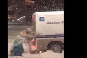 Βίντεο: Drag Queen ντυμένη Elsa από το Frozen ξεμπλοκάρει όχημα της αστυνομίας από το χιόνι