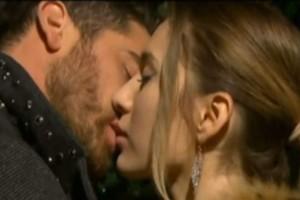 "Power Of Love: Δώρος και Αθηνά φιλιούνται και το Twitter παραληρεί: ""Ένα αυθόρμητο  παθιασμένο φιλί, με την κάμερα από κάτω"""