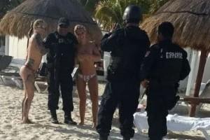 Τρεις αστυνομικοί στο Μεξικό φωτογραφήθηκαν με topless τουρίστριες και... απολύθηκαν!