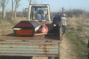 Παπάς ήπιε τόσο που κοιμήθηκε και τον πήγαν στην κηδεία με τρακτέρ μαζί με το φέρετρο!