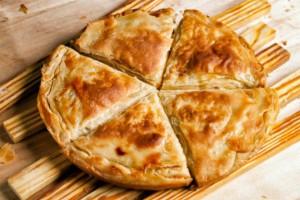Η πιο νόστιμη και εύκολη χωριάτικη τυρόπιτα με σπιτικό φύλλο!