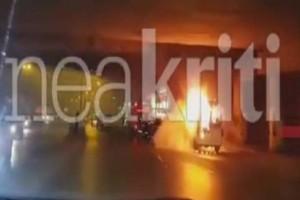 Σοκαριστικές εικόνες: Βαν πήρε φωτιά εν κινήσει στο Ηράκλειο! (Video)