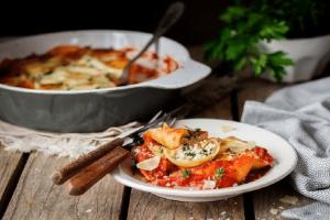 Πεντανόστιμη συνταγή: Κοχύλια γεμιστά με ανθότυρο, φέτα, σπανάκι και κόκκινη σάλτσα!