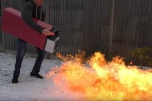 Ο τύπος με τα «φλογερά» πειράματα που έγινε viral! - Έφτιαξε τον μεγαλύτερο αναπτήρα του κόσμου! (Video)