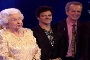 """Επική αντίδραση: Δείτε τι έκανε η βασίλισσα Ελισάβετ όταν ο Κάρολος την αποκάλεσε """"μανούλα""""! (Video)"""