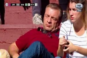 Επικό βίντεο: Τον πήρε ο ύπνος κατά την διάρκεια του ματς!