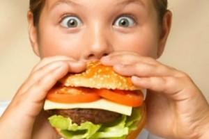 Γονείς δώστε βάση: Αυτή είναι η κύρια αιτία για την παιδική παχυσαρκία!