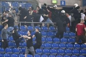 Ο απόλυτος χαμός! - Άγριο ξύλο μεταξύ οπαδών στον αγώνα Σάλκε - Άιντραχτ (Video)
