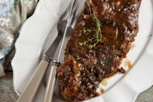 O Δημήτρης Σκαρμούτσος προτείνει: Μοσχαρίσια μπριζόλα με πετιμέζι, μαύρη μπίρα και σινάπι!