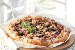 Μια πρωτότυπη συνταγή: Ανοιχτή πίτα με γύρο αρνιού, φέτα και σάλτσα πιπεριάς!