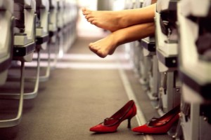 Αεροσυνοδός απαντά: Αυτός είναι ο σοβαρός λόγος που δεν πρέπει να βγάλεις ποτέ τα παπούτσια σου στο αεροπλάνο!