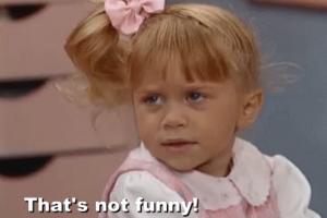 """Δεν είναι αστεία αυτά: Κοπέλα έσπρωξε την φίλη της για """"πλάκα"""" και εκείνη κατέληξε στις ρόδες λεοφωρείου! (Video)"""