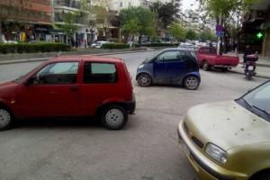 Επικό παρκάρισμα στην Θεσσαλονίκη: 3 αυτοκίνητα με κοινή έμπνευση!