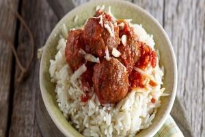 Η συνταγή της ημέρας: Κεφτεδάκια με αρωματική σάλτσα ντομάτας και ρύζι! (Video)