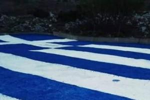 Απίστευτο: Ζωγράφισαν πελώρια ελληνική σημαία στα Σφακιά (Photos)