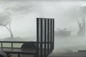Τρομακτικές εικόνες: Όταν ένας τυφώνας «χτυπάει» την πόρτα του σπιτιού σου! (video)