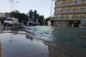 Θεσσαλονίκη: Ξεχείλισε το πιο κεντρικό σιντριβάνι της πόλης (photos)